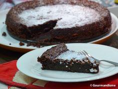 Para todo mundo que está tentando comer menos farinha de trigo, esse bolo é a carta na manga para todos os fins de semana!. Leia mais: http://gourmandisme.com/bolo-de-chocolate-sem-farinha/