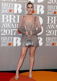 Os looks ousados das famosas no tapete vermelho do BRIT Awards