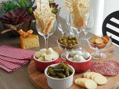 Como montar uma tábua de frios | Realizando um Sonho - Casamento | Casa | Maternidade Dinner Table, Beverages, Drinks, Dairy, Appetizers, Cheese Boards, Html, Look, Comfy