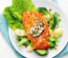 Kycklingschnitzel med kaprisdipp får smaklökarna att applådera av de fina aromerna. Schnitzeln får den fina krispiga och gyllenbruna ytan av paneringen då den stekts i en het panna. Dippen gjord på kapris blandad med smetana gifter sig bra till denna rätt. Servera med kokt potatis.
