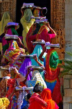 Mujeres que avanzan. #mujer #trabajo #india                                                                                                                                                                                 Más