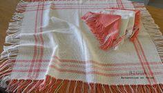 Carpeta de Mesa e individuales en rosa y blanco realizado en telar maría. Material utilizado: hilo de algodón.        ¿Querés ver más?: http://bigua-telar.blogspot.com.ar/2013/09/blog-post_26.html