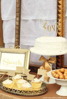 Mesa de postres en dorado y blanco :: Gold and white dessert table