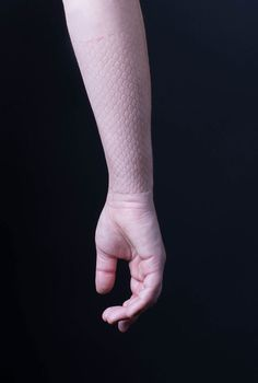 skin d.e.e.p. - digital ephemeral epidermal patterns by //benitez_vogl - Margarita Benitez and Markus Vogl's latest investigation in 3D printed exoskeletal jewelry that results in temporary patterns on skin. After pressure is applied to the 3D printed prosthesis it leaves a pattern that resembles snake skin. It lasts for about 15 minutes. In the gallery setup it shows the documentation images as well as the sculptures.