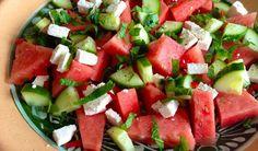 Recept voor een frisse salade met watermeloen, feta, rode peper en munt. Fantastisch gerecht voor een mooie zomerse dag.