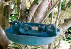 Dose dupla! Devido à divisória estratégica, o prato de cerâmica azul comporta, de um lado, alpiste, e do outro, água. A peça é do ateliê Regina Dutra  Lilian Knobel / Casa e Jardim