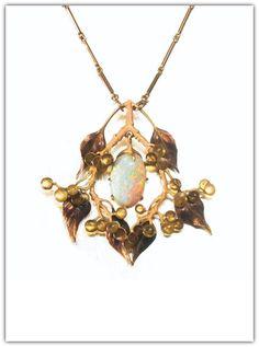 RENÉ LALIQUE. AN OPAL, ENAMEL AND GOLD PENDANT BROOCH - CIRCA 1900.