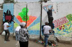 Vea al grupo de estudiantes universitarios de bellas artes que pintan paredes de concreto utilizadas para proteger los edificios de explosiones en Bagdad. Visite nuestra página y sea parte de nuestra conversación: http://www.namnewsnetwork.org/v3/spanish/index.php