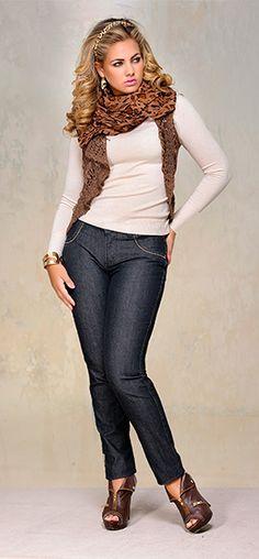 Cachecóis são o acessório fashion mais lindo do outono/inverno! Olha só essa combinação do cachecol de pele de animal com nossa Cris Jeans!