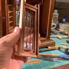 Diy Dollhouse, Dollhouse Miniatures, Book Nooks, Reading Nooks, Fairy Door Accessories, Modern Dollhouse Furniture, Vitrine Miniature, Miniature Crafts, Miniture Things