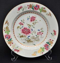 Prato Companhia das Índias. Séc. XVIII, Famille Rose medindo 23 cm de diâmetro.