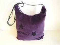 spacious purple sling bag with black stars    (Lila Schultertasche mit viel Platz und schwarzen Sternen)