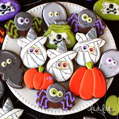 Cute and easy unicorn mummy cookies for Halloween -- a sugar cookie decorating tutorial! Turkey Cookies, Fall Cookies, Dog Cookies, Iced Cookies, Cute Cookies, Cupcake Cookies, Cookies Et Biscuits, Cupcakes, Halloween Cookies Decorated