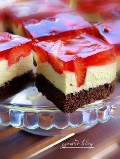 Cake with caramel and strawberries - I will eat it!- Ciasto z masą karpatkową i truskawkami – Zjem to! Cake with caramel and strawberries – I will eat it! Polish Desserts, Polish Recipes, Cake Recipes, Dessert Recipes, Just Cakes, Pastry Cake, Homemade Cakes, Mini Cakes, Yummy Cakes