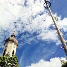 #kirche und #maibaum und der #himmel #weißblau #fußgängerzone #garmisch #partenkirchen #bayern #oberbayern #bavaria #Padgram