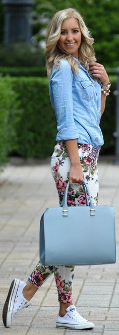 A calça floral é pura inspiração! Com fundo claro fica ótima para o verão e o fundo escuro fica lindo no inverno! #dia43 #praseinspirar #lookdodia #calçafloral #camisajeans #allstar