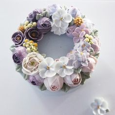 #flowercakebouquet #bouquet #flower #cake #piony #rununculus #buttercreamcake #buttercream #designcake #soocake #wreath #birthdaycake www.soocake.com
