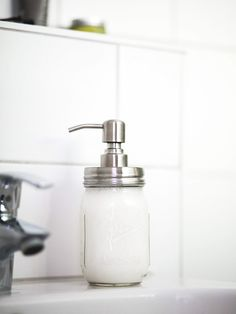Sustainability in the bathroom - make liquid soap yourself - Saving packaging waste in the bathroom – tips - Diy Cosmetics Packaging, Beauty Care, Diy Beauty, Slime, Wooden Accent Wall, Modern Apartment Design, Savings Planner, Diy Spa, Eco Friendly House