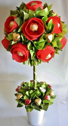 Resultado de imagem para chocolate candy bouquet in glass container ideas Candy Topiary, Candy Trees, Candy Flowers, Paper Flowers, Red Flowers, Paper Peonies, Craft Gifts, Diy Gifts, Chocolate Flowers Bouquet