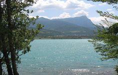 Lac de Serre-Ponçon - Le Lauzet Ubaye - Les Berges du Lac  Alpes-de-Haute-Provence - Situé aux portes de l'Ubaye, Le Lauzet est un authentique village de montagne qui vous invite à apprécier le charme de ses ruelles étroites surplombées d'anciennes passerelles reliant entre elles les habitations, souvent ornées de cadran solaire. A 5 km, le lac de Serre-Ponçon est la plus grande retenue d'eau artificielle d'Europe aménagée pour les loisirs nautiques.