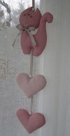 Süsse Girlande, bestehend aus einem Kätzchen und zwei Herzen aus farblich aufeinander abgestimmten Baumwollstoffen.  Alle Teile sind fest miteinander verbunden.  Ein toller Blickfang über dem...