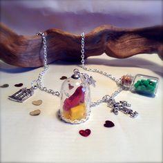Collier le Magicien d'Oz, soulier de rubis sous globe de verre, fiole de verre remplie de petits coeurs vert émeraude, : Collier par aragande