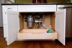 17. Installate un cassetto estraibile sotto al lavandino, dove mettere tutti i prodotti per la pulizia della casa, così da riuscire a raggiungerli senza dover più fare strane contorsioni o infilare la testa in quello spazio angusto.