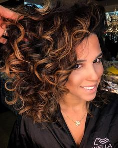 Bouncy Caramel And Chocolate Curls hair color 60 Looks with Caramel Highlights on Brown and Dark Brown Hair Caramel Hair Highlights, Highlights Curly Hair, Hair Color Caramel, Black Hair With Highlights, Blonde Highlights, Color Highlights, Brown Curly Hair, Colored Curly Hair, Short Curly Hair