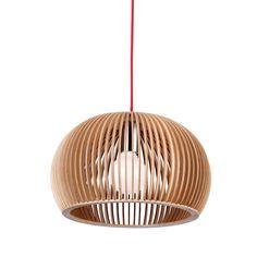 Lustre original com estrutura em lâminas de madeira de faia. Utiliza lâmpada E27 1x40 não incluída. Comprimento do cabo de suspensão: 1,50 m.