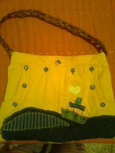 Bolso de tela reciclada. Botones plateados y asa de cuero.