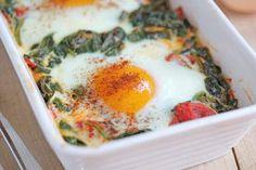Ovos cozidos com espinafres e tomates