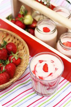 Strawberries and Creme Frappuccino or Strawberry Frappe Recipe Fondue Recipes, Milkshake Recipes, Vegan Recipes, Vegan Food, Strawberry Frappe Recipe, Chipotle Copycat Recipes, Starbucks Secret Menu, Starbucks Frappuccino, South Indian Food