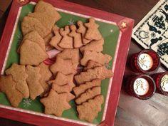 Yılbaşı veya Noel için yapabileceğiniz, çok lezzetli ve muhteşem aromalı zencefilli tarçınlı bir kurabiye tarifi. İsterseniz bu güzel kurabiyeleri yılbaşında misafirlerinize sunabilir veya şık bir şekilde paketleyip sevdiklerinize yılbaşı hediyesi olarak verebilirsiniz.