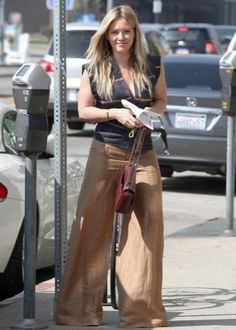 Hilary Duff Steps Out After Aaron Carter Professes His Love: Photo Hilary Duff wears a pair of baggy pants while running some errands around town on Thursday (March in Los Angeles. Mommy Style, Love Her Style, Linen Pants Outfit, Haylie Duff, Hilary Duff Style, Bathing Suit Dress, Aaron Carter, The Duff, Dress To Impress
