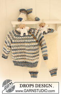 """Sættet består af: Strikket DROPS bluse med striber, lus og raglan, bukser og sokker i """"Fabel"""". ~ DROPS Design"""