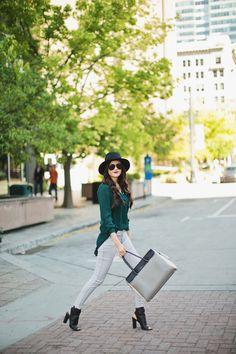 Fall outfit ideas -- grey jeans, black peep toe booties, grey and black purse, black hat, dark green shirt Fall Winter Outfits, Autumn Winter Fashion, Green Blouse Outfit, Outfits With Hats, Cute Outfits, Pink Peonies Blog, Dark Green Shirt, Autumn Street Style, Love Her Style