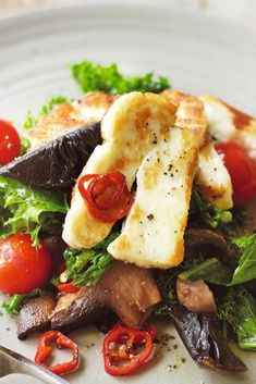 Filling salad with halloumi, mushrooms and kale