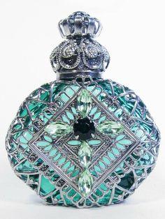 FLACON DE PARFUM | ... verts et des motifs végétaux réalistes couvrent ce flacon de parfum