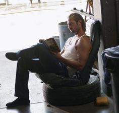 ¿Eres de las que opinan que un hombre sexy con un libro entre las manos…