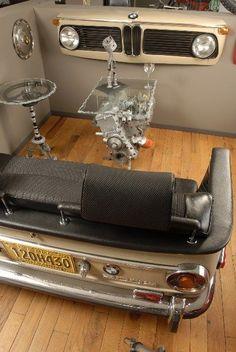 Uma BMW 2002 transformada em mobília da sala de estar. Sofá, aparador, mesas de centro e lateral. Bom destino para os carros antigos, de menor eficiência energética, portanto mais poluidores. #Upcycle engenhoso.
