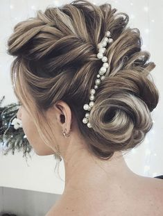 gorgeous updo with hair pin,wedding updos,updo hairstyles,up pin hairstyle with pearl #weddingupdo #promhairstyle #weddinghairstyles #braidedhairstylesforwedding