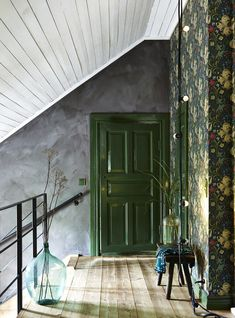 Modern Victorian Style: Wall Treatments and Art + Get the Look - Emily Henderson Modern Victorian floral wallpaper green door Lily Wallpaper, Hallway Wallpaper, Chic Wallpaper, Wallpaper Ideas, Modern Floral Wallpaper, Unusual Wallpaper, Cottage Wallpaper, Modern Victorian Decor, Victorian Homes