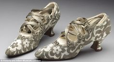 Silk and leather 'tango' shoes bought from Peter Robinson Ltd. of London, Worn by Phyllis Blaiberg for her marriage to Bertie Mayer Stone given by Mrs B. Rackow © Victoria and Albert Museum, London Two centuries of wedding dresses on show at the V&A Edwardian Shoes, Edwardian Fashion, Vintage Fashion, Edwardian Era, Vintage Shoes, Vintage Accessories, Vintage Outfits, 1920 Shoes, Victoria And Albert Museum