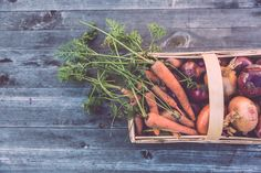 Is buying organic really worth it? What is organic food? The cost difference for buying organic food.The health proof for buying organic food. How to buy organic food on a budget. Roasted Root Vegetables, Veggies, Eating Vegetables, Fresh Vegetables, Pregnancy Nutrition, Pregnancy Foods, Agriculture Biologique, Pregnant Diet, Food Reviews