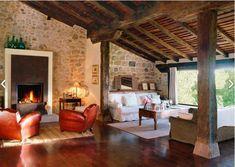 Espacioso salón con suelo y techo de madera y como no con chimenea!!!