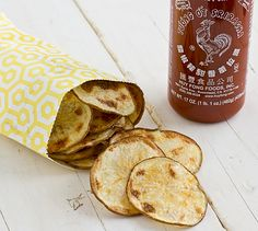 This baked sriracha potato chips recipe is addictive! But it's okay, because it's really easy to make and much healthier than fried chips. Hamburgers, Vegan Snacks, Snack Recipes, Potato Recipes, Vegan Recipes, Sriracha Recipes, Sriracha Sauce, Tasty, Yummy Food