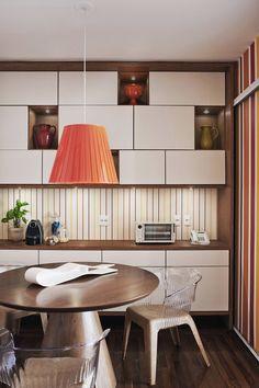 INSPIRAÇÃO DO DIA Cozinha com toques de cores vibrantes na decoração
