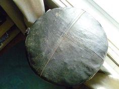 Coussin-pouf fait du vieux manteau de cuir