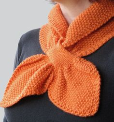 Moss Stitch Keyhole Scarflette knitting pattern by Jo-Anne Klim. Moss stitch (seed stitch), garter edging and keyhole feature. Click through to purchase. #knittedscarf - Love this!
