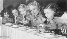 vrouwen etend spaghetti zwart wit foto - Google zoeken
